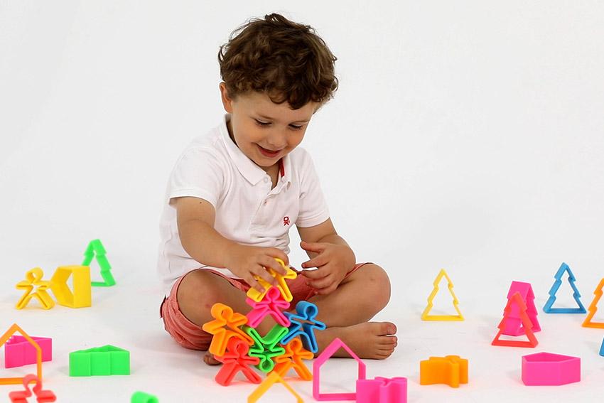 Niño jugando con los juguetes dëna