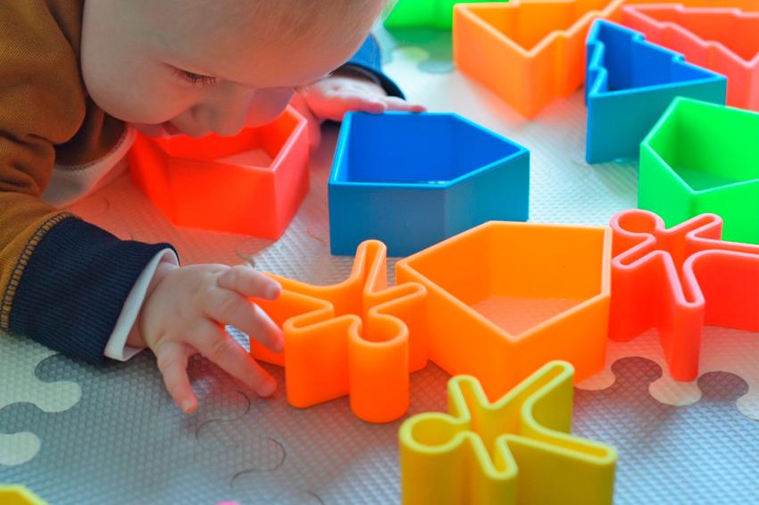 niño jugando con dëna toys